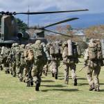 日英実動訓練「ヴィジラント・アイルズ」で陸自のCH47Jに搭乗する陸自隊員と英陸軍の兵士たち =2日午前、静岡県小山町の陸上自衛隊富士学校