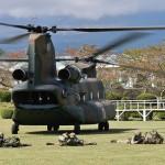 日英実動訓練「ヴィジラント・アイルズ」で陸自のCH47Jから展開する陸自隊員と英陸軍の兵士たち=2日午前静岡県小山町の陸上自衛隊富士学校