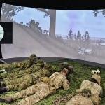 日英実動訓練「ヴィジラント・アイルズ」でシュミレータを使用し火力誘導訓練を行う陸自隊員と英陸軍兵士(写真右の二人)=2日午前、静岡県小山町の陸上自衛隊富士学校