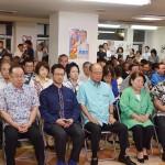 翁長政俊候補の敗戦が確定し、うなだれる選対幹部ら=21日夜、那覇市の選挙事務