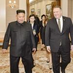 金正恩朝鮮労働党委員長(左)とポンペオ米国務長官