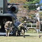 日英実動訓練「ヴィジラント・アイルズ」で陸自のCH47Jから展開する陸自隊員と英陸軍の兵士たち =2日午前、静岡県小山町の陸上自衛隊富士学校
