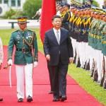 ドゥテルテ比大統領(左)と習近平中国国家主席