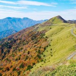 カローラスポーツのCMで有名になった瓶ヶ森(写真右1897メートル )の「UFOライン」(瓶ヶ森林道)と西日本最高峰の石槌山(写真左奥1982 メートル )も西条市にある