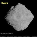はやぶさ2がランデヴー中の小惑星リュウグウ(JAXA)