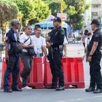 テロ対策で墓地周辺の警備をする警官たち