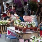 墓地近くの通りには多くの花売り