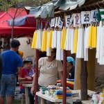 墓前に供えるロウソクを売る屋台も繁盛