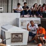 墓前で先祖を供養する家族