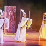 テュルク語諸民族のシンボルともいうべき石人を背景にしたダンス