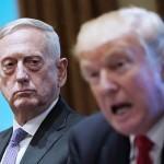 トランプ米大統領(右)とマティス国防長官