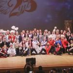 東京・目黒での公演後、主催国の駐日大使らと一緒に記念撮影するオーケストラのメンバー
