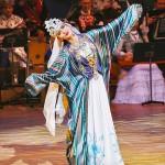 虹のように輝くアトラス織の民族衣装を纏ったウズベクのダンス