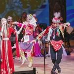 トルコ人歌手ジャンス・キルジャさんの歌に合わせて男女が踊る