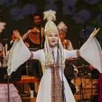 華麗な民族衣装を着て歌うカザフスタンのソリスト、ナズィム・サヴィンタイさん