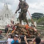 少年ら救助中に死亡した「英雄」の銅像を建立