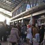 平成最後のコミックマーケットを終え、夕日に向かって家路に戻る人々