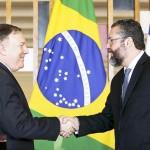 ポンペオ米国務長官(左)とアラウジョ外相