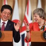 メイ首相(右)と安倍晋三首相