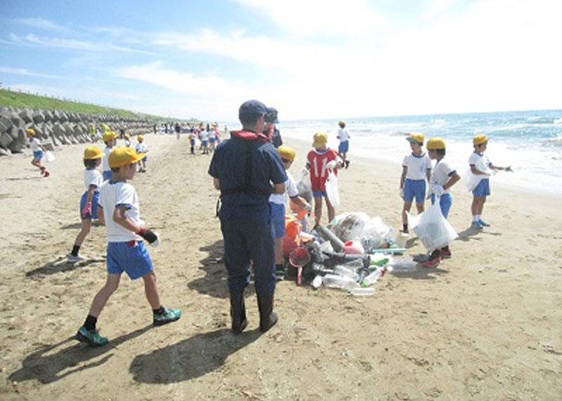 30年続く「海浜クリーン作戦」、海洋ゴミ問題で新聞制作も