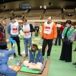 外国人向け防災訓練、AEDやVRなど活用