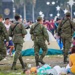会場を警備する国軍兵士たち