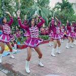 会場でダンスを披露する学生グループ