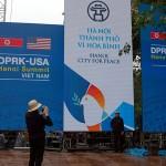 第2回米朝首脳会談を歓迎する看板の前で記念撮影する人の姿も