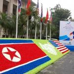 ハノイ市内の国立銀行前に飾られた巨大な米朝の国旗