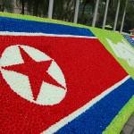 米朝の国旗は造花で描かれている
