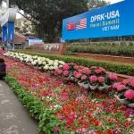ハノイ市内に設置された国際メディアセンター前にも米朝首脳会談を歓迎して大量の花が飾られている