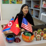 ハノイ市内の土産物品店で掲げられた米朝とベトナムの国旗