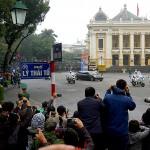 ハノイ市内のオペラハウス前を通過する北朝鮮の金正恩朝鮮労働党委員長の載せたリムジン