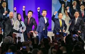 安倍晋三首相(中央)