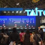 TAITOブースの話題の新作は、多人数プレイ可能なスペースインベーダーだ