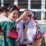 成人式に出席した新成人たち =14日午後、東京練馬区のとしまえん