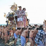 「寒中神輿錬成大会」で新成人を乗せ海中渡御が行われた =20日午前、神奈川県・片瀬海岸東浜