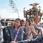 「寒中神輿錬成大会」で神輿を担ぐ新成人ら =20日午前、神奈川県・片瀬海岸東浜