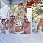 寒中禊(みそぎ)がまん会で、身を清めるために冷水をかぶる参加者 =26日午前、東京千代田区の神田明神