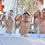 寒中禊(みそぎ)がまん会で、身を清めるために冷水をかぶる新成人 =26日午前、東京千代田区の神田明神
