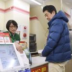 安倍首相が「キャッシュレス決済」を体験