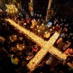 十字架の形に並べられた蜂蜜瓶に祈り込めて