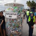 phl20190210-ゴミのポイ捨てを防止するため設置された巨大なゴミ箱