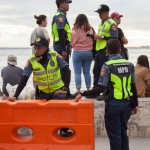 遊泳禁止を徹底するために配置された警官