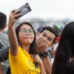 自撮りを楽しむ若者たち