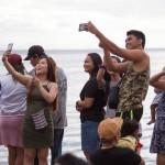 清掃されたマニラ湾を背景に自撮りを楽しむ人々