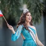 フィリピンの国旗を手に歓声に応えるグレイさん