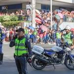 交通規制が敷かれた道路沿いには多くのファンが詰めかけた