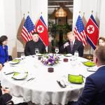 27日、ハノイのホテルで夕食会に臨むトランプ米大統領(中央右) と北朝鮮の金正恩朝鮮労働党委員長(同左)ら(AFP時事)