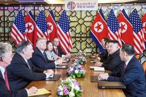 トランプ大統領(左列中央)と金正恩朝鮮労働党委員長(右列手前から2人目)
